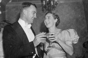 StateLibQld_2_132111_Young_couple_celebrating_at_the_Bellevue_Hotel,_Brisbane,_1940