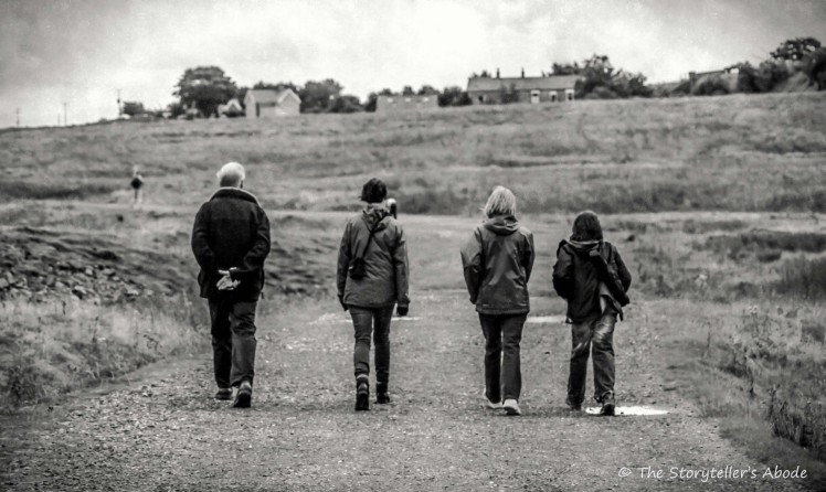 walking bw_FotoSketcher