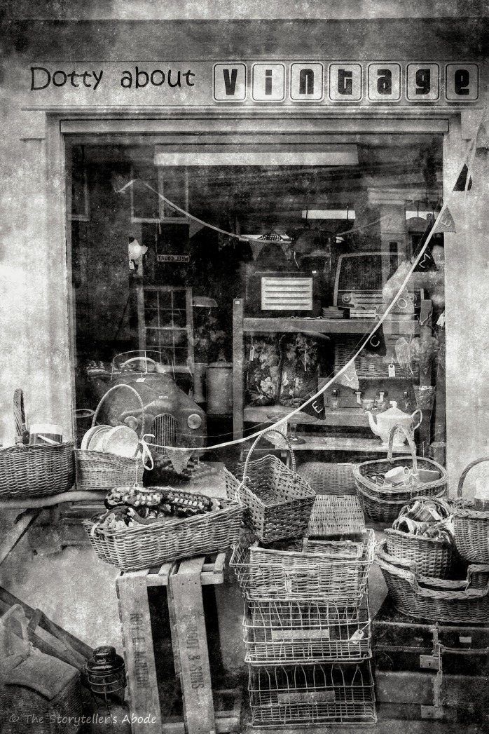 Vintage Shop 2 b&w_FotoSketcher