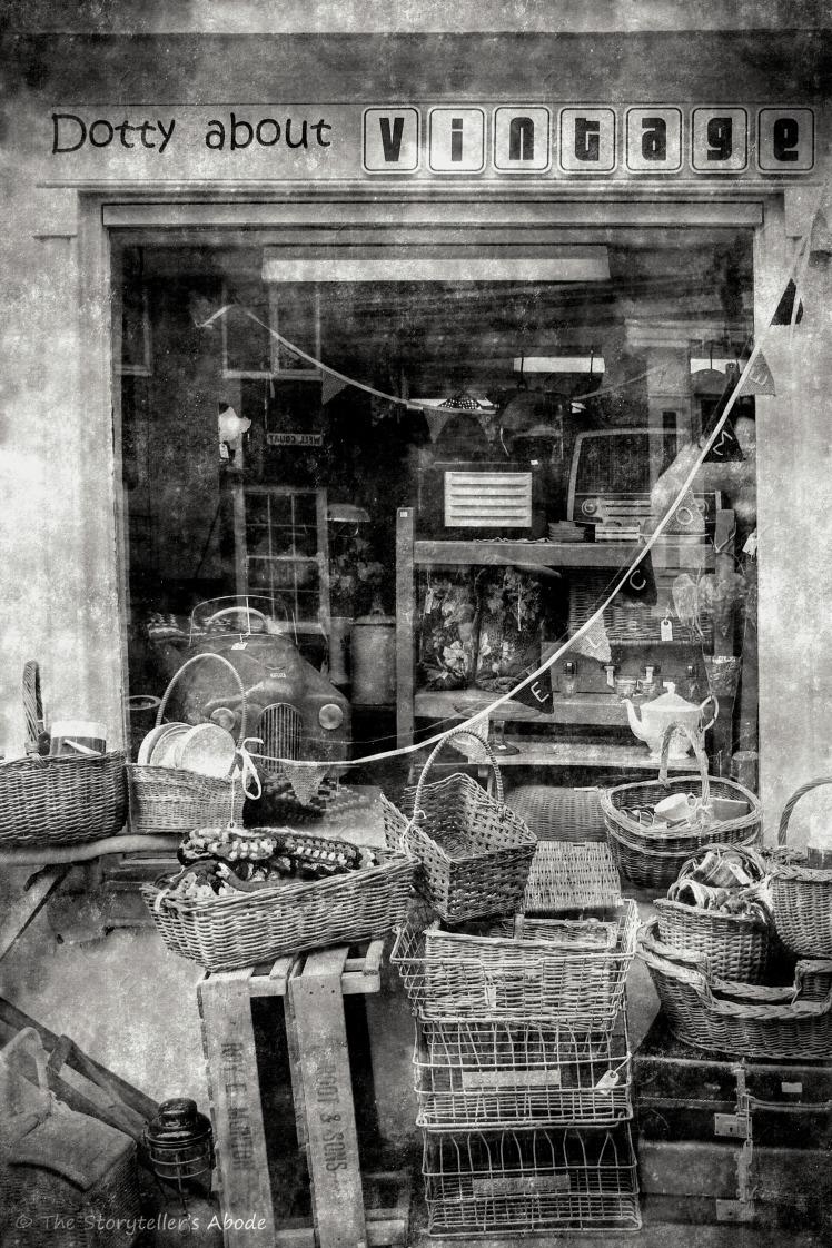 Vintage Shop 2 b&w_FotoSketcher